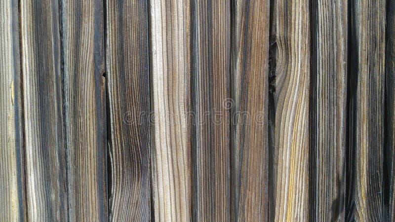 As placas de madeira encontradas verticalmente, texture a madeira preta velha, girada imagens de stock