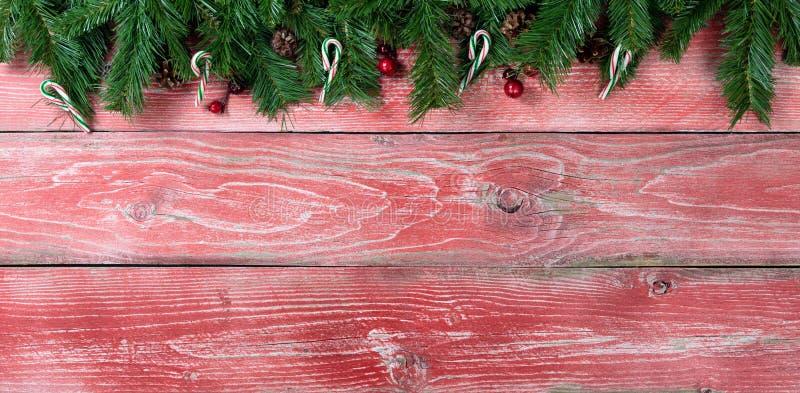 Download As Placas De Madeira Vermelhas Rústicas Com Abeto Ramificam Para A Estação Do Natal Foto de Stock - Imagem de baga, doce: 80100494