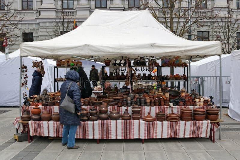 As placas e os potenciômetros caseiros ucranianos tradicionais da cozinha da argila da região de Volyn são vendidos durante a fei imagens de stock royalty free