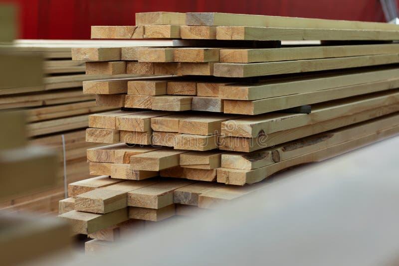 As placas empilhadas em uma pilha são secadas no ar livre imagens de stock