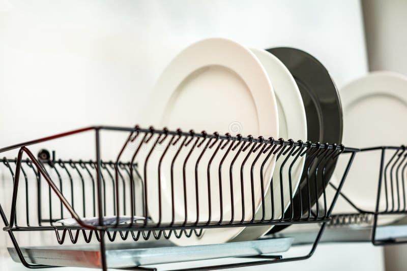 As placas estão no dreno, a cozinha, o conceito da pureza imagem de stock royalty free