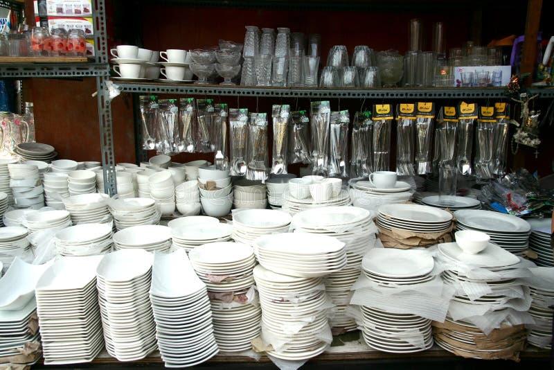 As placas, os produtos vidreiros, os utensílios e o outro kitchenware venderam em uma loja na arcada de Dapitan em Manila, Filipi foto de stock