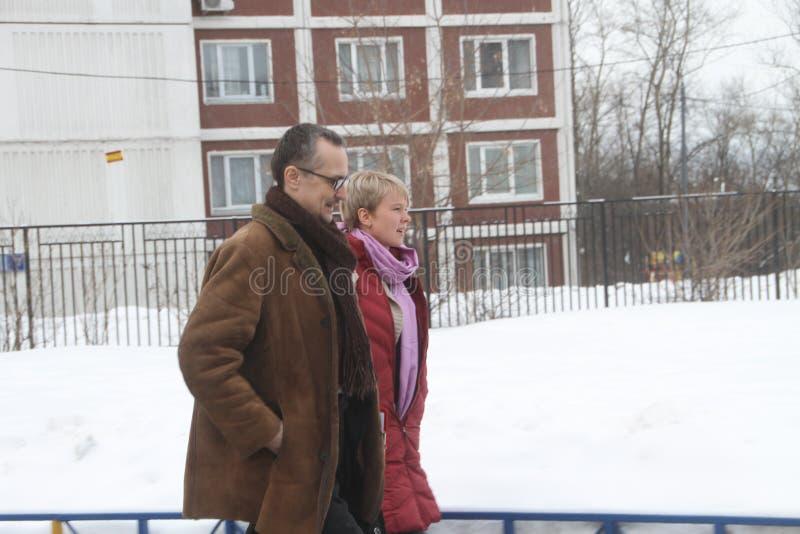 As políticas Evgeniya Chirikova e seu advogado são observar eleições foto de stock