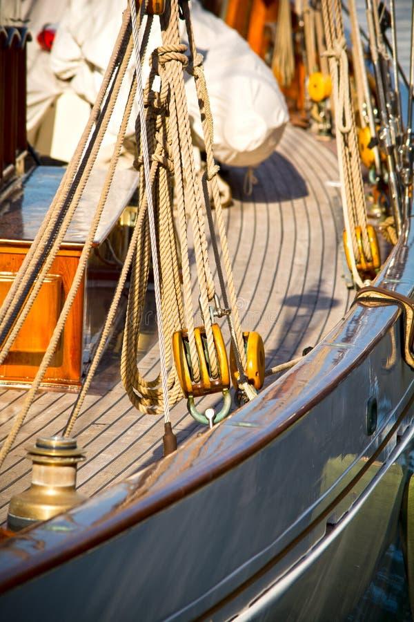 As polias e as cordas dos iate da navigação imagens de stock