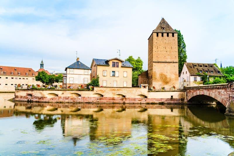As pontes cobertas em pouco França dividem em Strasbourg, Alsácia r foto de stock