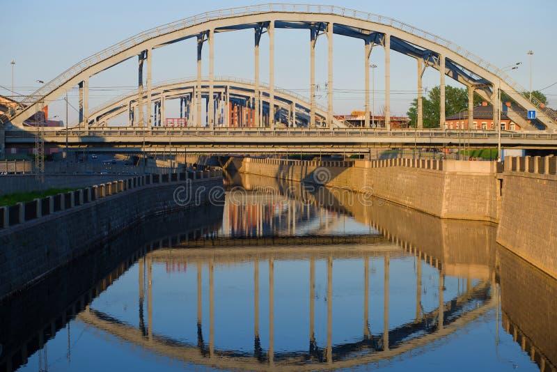 As pontes railway americanas no canal de Obvodny, noite de maio St Petersburg, Rússia fotografia de stock royalty free