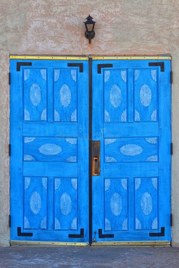 As portas azuis da igreja de San Ysidro fotografia de stock