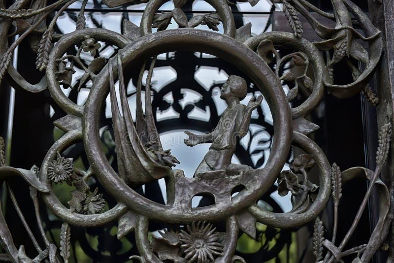 As portas da torre principal em Washington National Cathedral imagem de stock