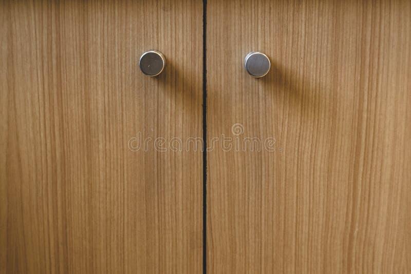 As portas do armário com os punhos redondos com folheado de madeira terminam imagens de stock royalty free
