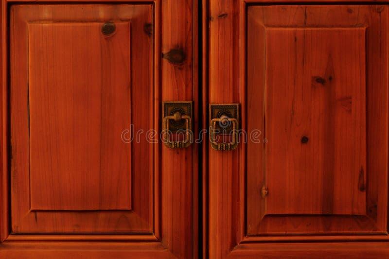 As portas fechados com aldrava fotos de stock