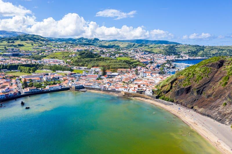 As portas Portao, o Praia idílico da praia e a turquesa Baia dos azuis celestes fazem Porto Pim, cidade de Horta, ilha de Faial,  imagem de stock