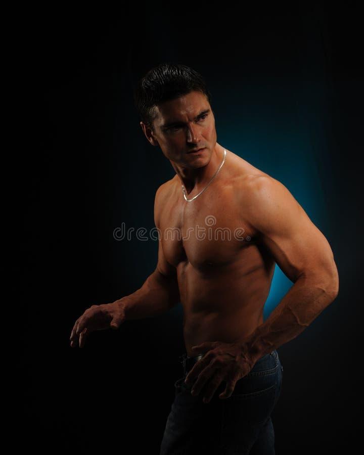 As poses 'sexy' do homem para a câmera imagens de stock