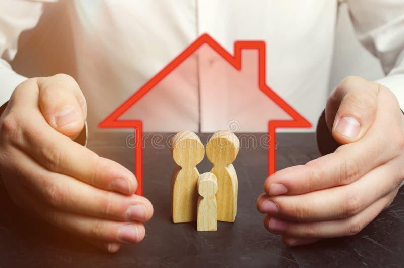 As posses do agente de seguros cedem a família Cuidado da família e conceito da mão amiga Seguro de saúde Cuidados médicos segura fotos de stock