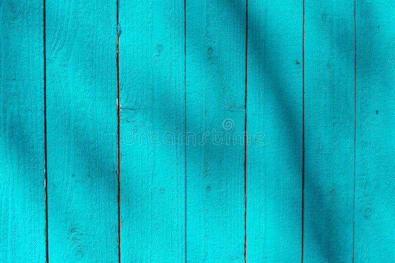 As pranchas de madeira azuis brilhantes pintaram a parede imagem de stock