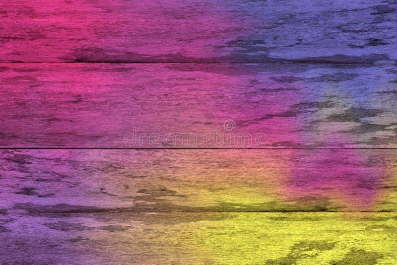 As pranchas de madeira coloridas roxas e amarelas racharam o fundo, parede de madeira pintada colorida da textura, colorem a text foto de stock