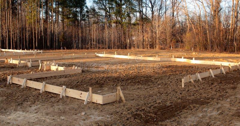 As pranchas de madeira esboçam o ponto para uma casa nova fotografia de stock royalty free