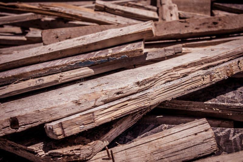 As pranchas de madeira lanç no escaninho de lixo fotos de stock royalty free