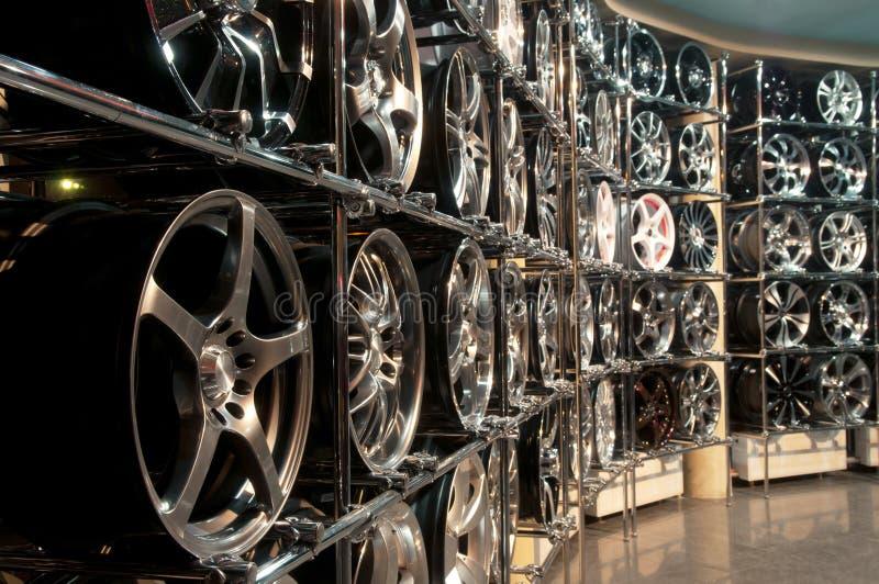 As prateleiras da loja com discos do metal foto de stock royalty free