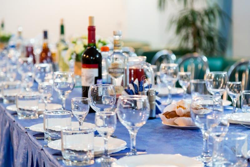 As preparações para o banquete ou o bufete Uma recepção da gala catering foto de stock royalty free