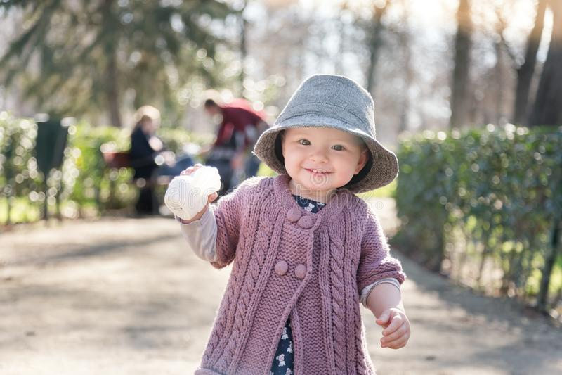 As primeiras etapas da criança no mundo grande fotos de stock royalty free