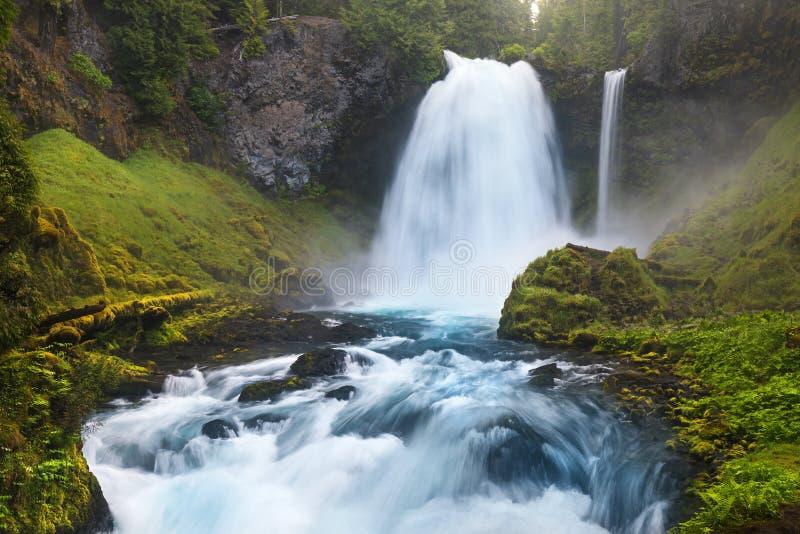 As quedas de Sahalie são primeiras das três cachoeiras principais do rio de McKenzie, no coração da floresta nacional de Willamet imagem de stock royalty free