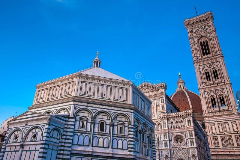 As quedas do crepúsculo sobre o Baptistery de St John, Campanile de Giotto e de Florence Cathedral consagraram em 1436 fotografia de stock