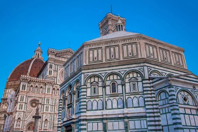 As quedas do crepúsculo sobre o Baptistery de St John e de Florence Cathedral consagraram em 1436 fotografia de stock