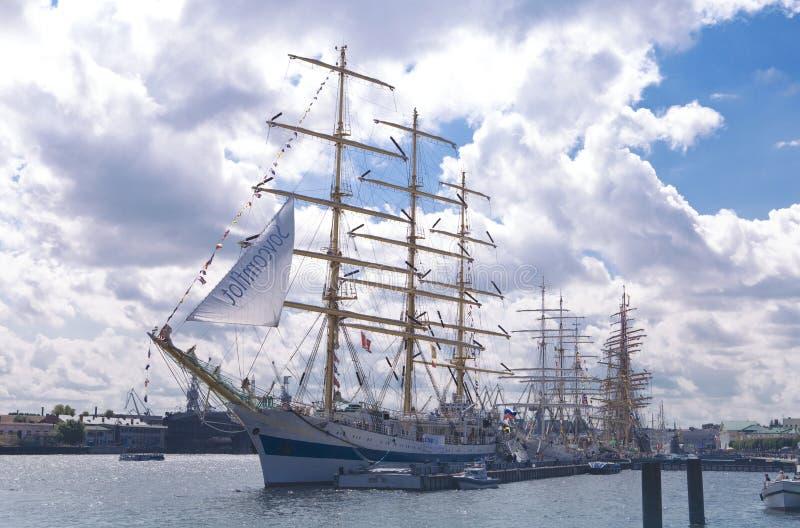 As raças altas dos navios Báltico imagem de stock