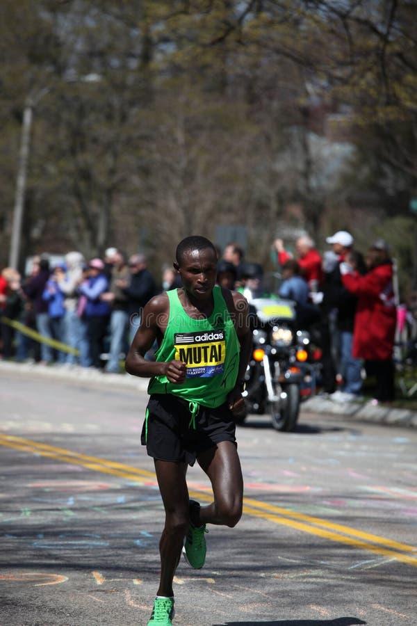 As raças de Geoffrey Mutai levantam o monte do desgosto fotos de stock royalty free