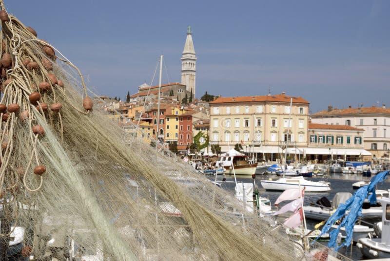 As redes de pesca e os barcos de motor em Rovinj abrigam imagens de stock royalty free