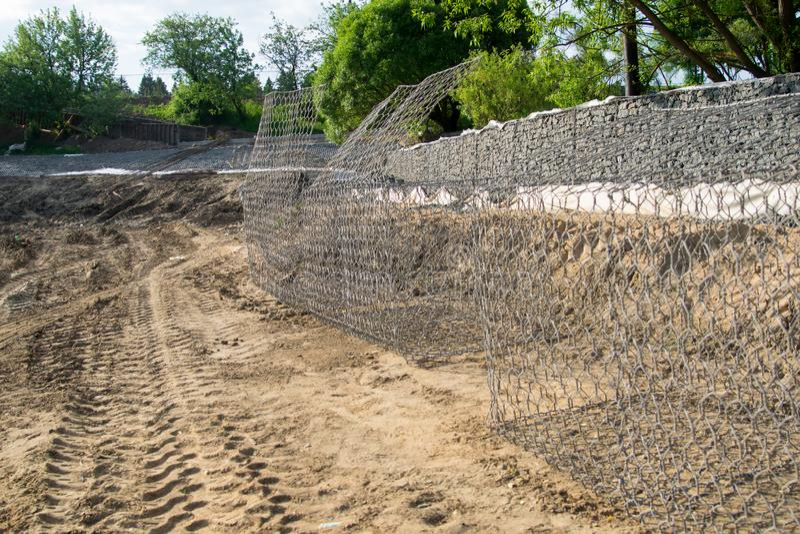 As redes para pedras estão vazias na terra, aprontam-se enchendo-se fotos de stock royalty free