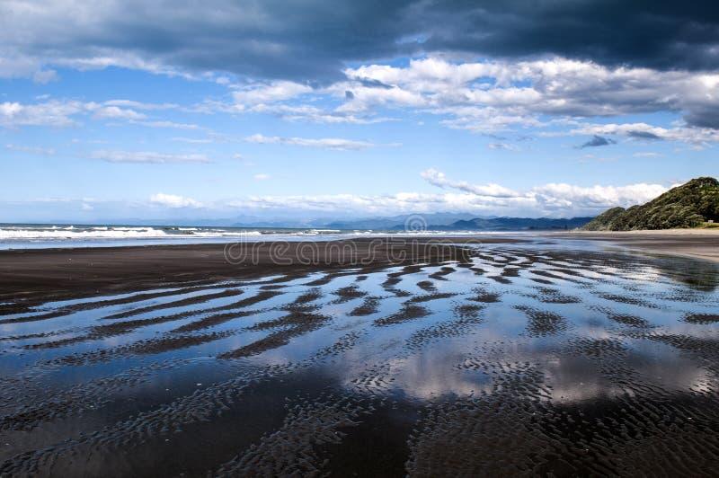 As reflexões bonitas em Waiotahe encalham em Opotiki, Nova Zelândia imagens de stock royalty free