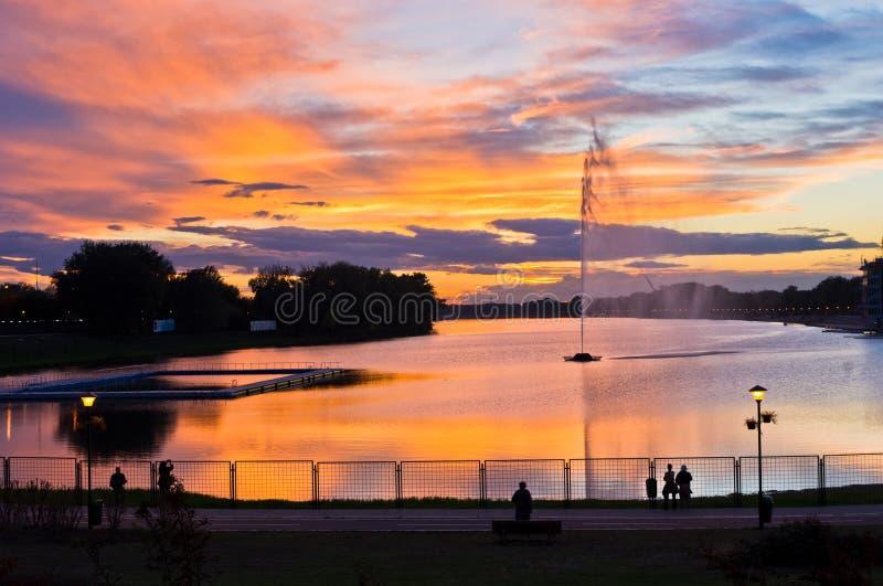 As reflexões coloridas da noite de outubro no lago Ada surgem em Belgrado foto de stock