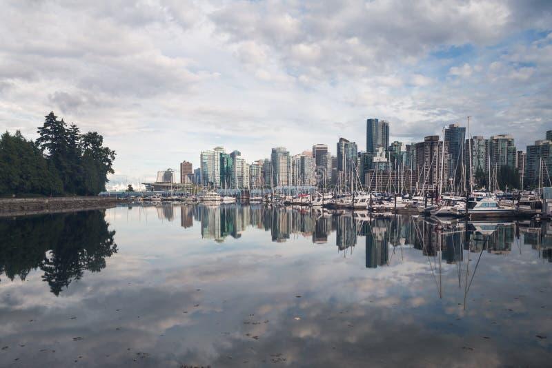 As reflexões da skyline da cidade no oceano latem do parque de Stanley fotos de stock royalty free
