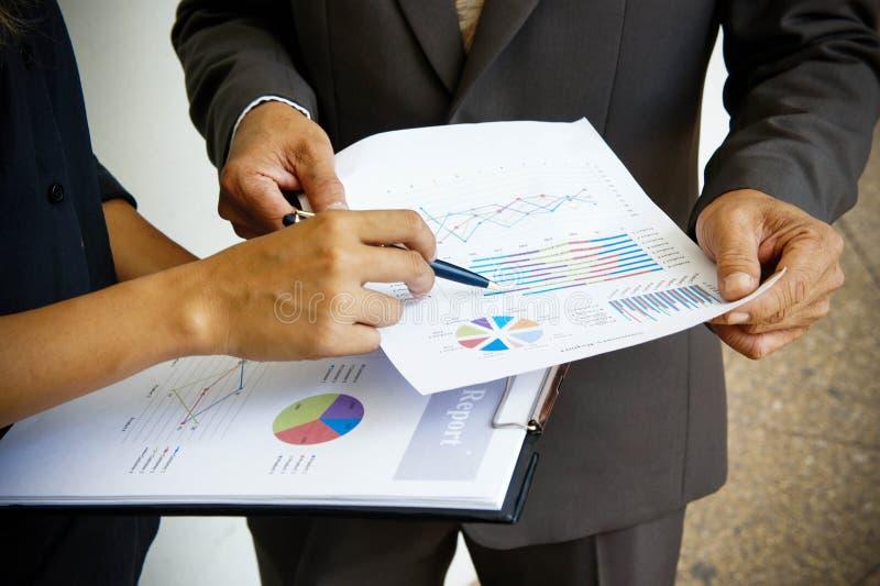 As reuniões de negócios, originais, análise de vendas, análise resultam fotografia de stock