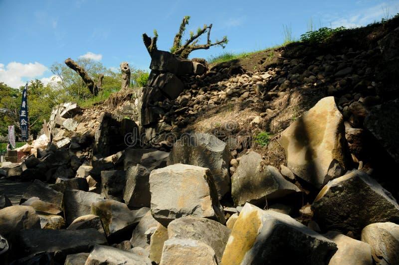As rochas caíram devido ao terremoto no castelo de Kumamoto são ficadas situadas para baixo na prefeitura de Kumamoto, Japão Nest imagens de stock
