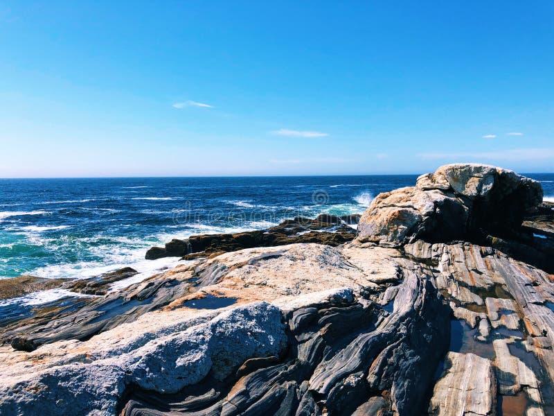 As rochas da luz do ponto de Pemaquid fotografia de stock