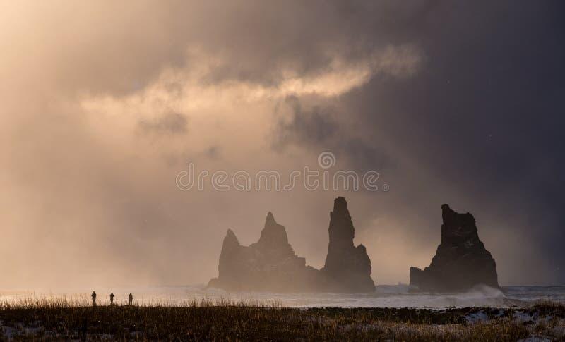As rochas da pesca à corrica em Vik, Islândia fotografia de stock