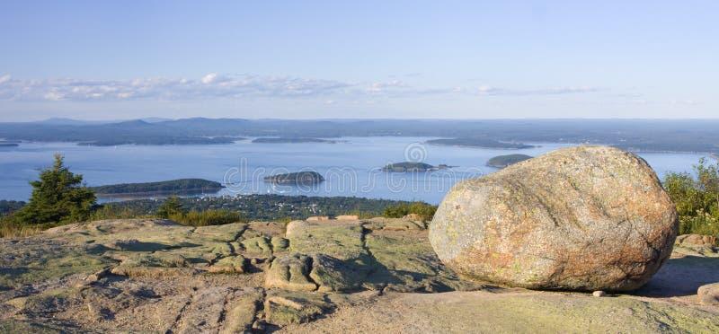 As rochas do granito e a vista da barra abrigam da montanha de Cadillac no parque nacional do Acadia imagens de stock royalty free