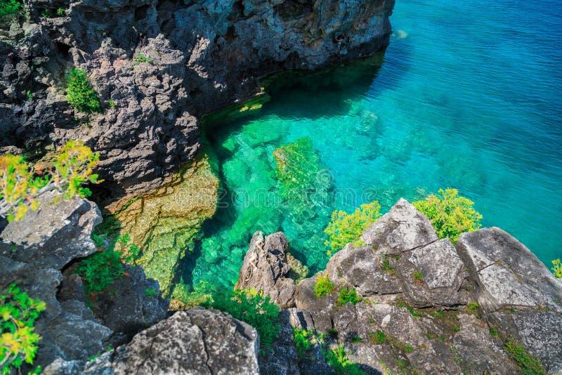 As rochas naturais surpreendentes, opinião dos penhascos acima dos azuis celestes tranquilos cancelam a água em Bruce Peninsula b fotos de stock royalty free