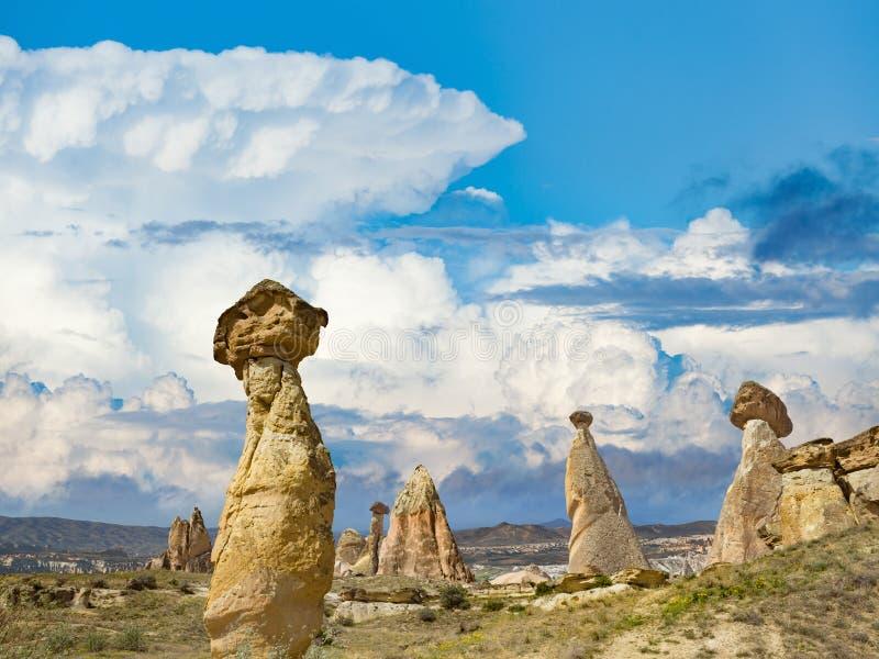 As rochas olham como cogumelos em Cappadocia, Turquia imagens de stock