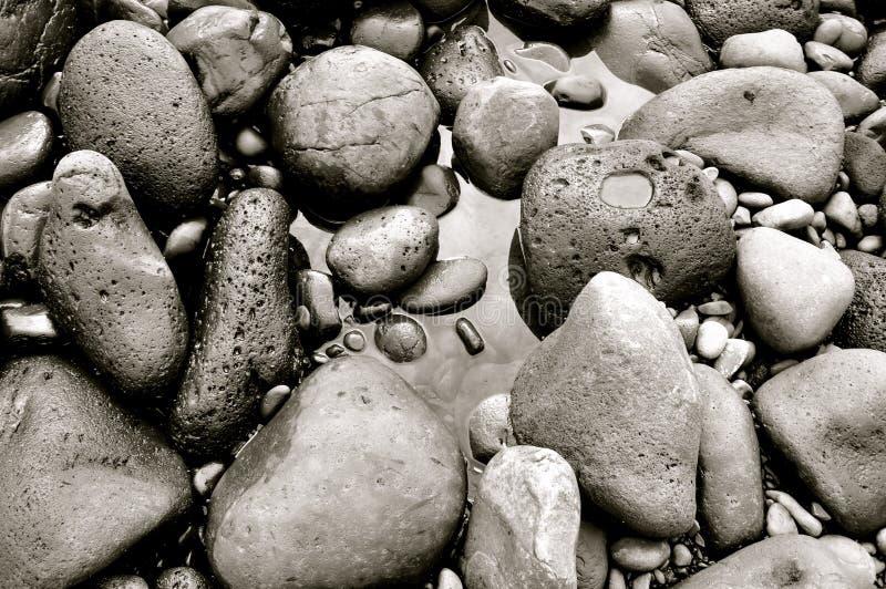As rochas que dão forma à areia preta encalham em Maui, Havaí fotografia de stock royalty free