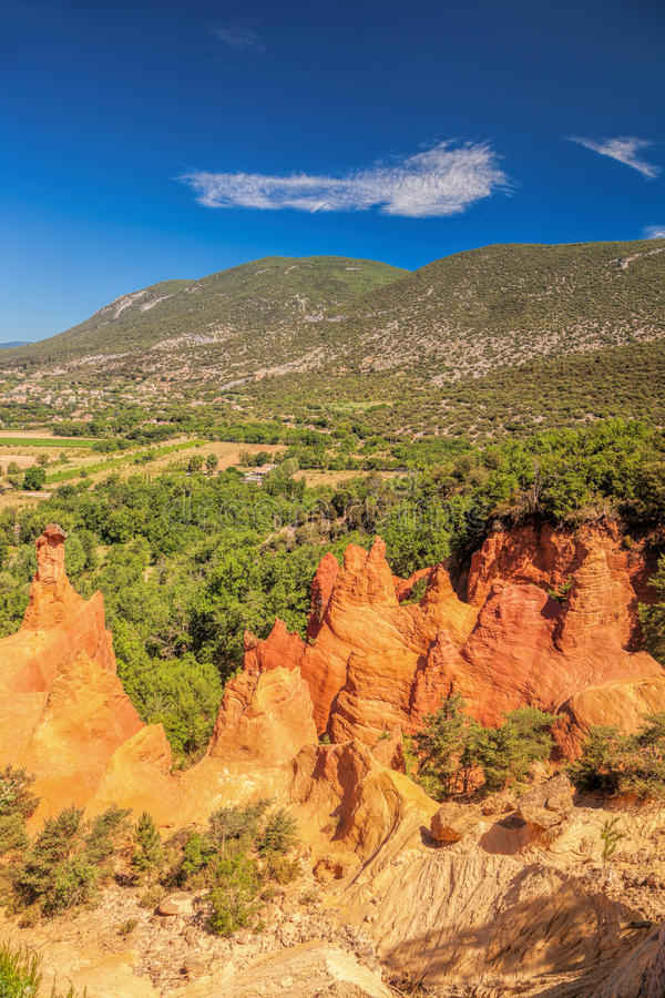 As rochas vermelhas em Colorado Provence em Luberon estacionam, França fotografia de stock royalty free