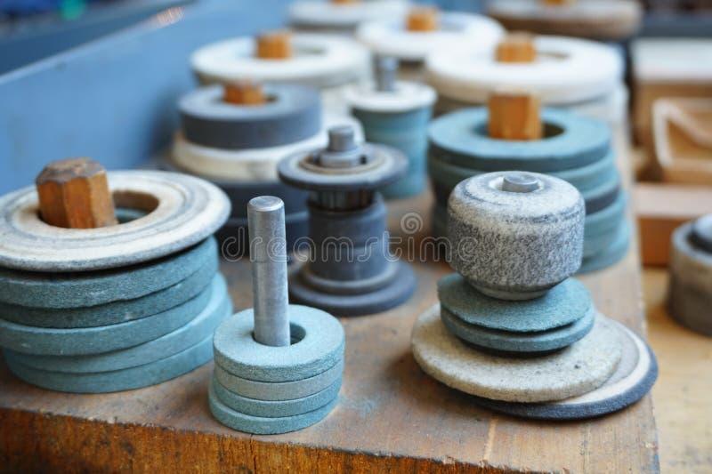 As rodas de moedura abrasivas na cremalheira estão prontas para trabalhar fotos de stock