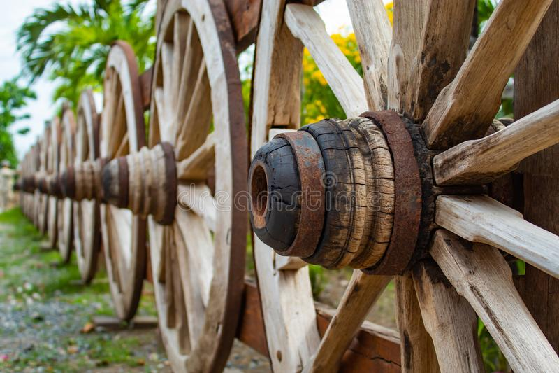 As rodas de vagão de madeira velhas fotografia de stock royalty free