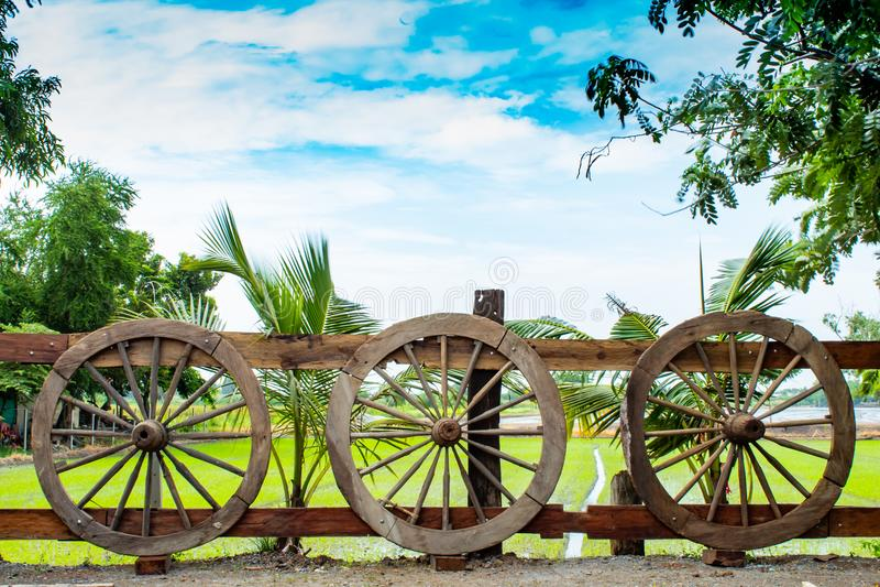 As rodas de vagão de madeira velhas imagem de stock