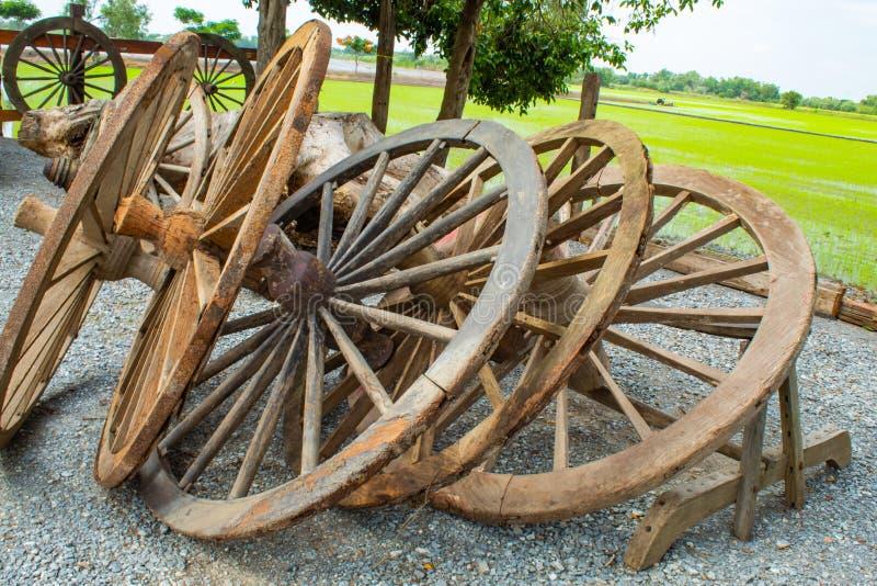 As rodas de vagão de madeira velhas imagens de stock