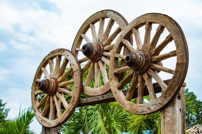 As rodas de vagão de madeira velhas foto de stock