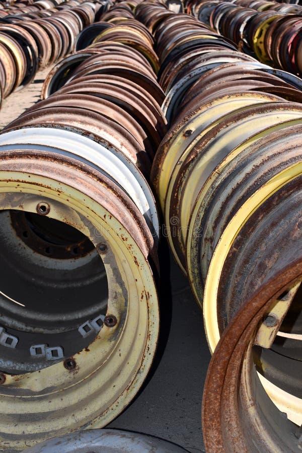 As rodas e as bordas de aço de tratores e da maquinaria velhos do vintage estão nas fileiras encontradas em um campo foto de stock royalty free