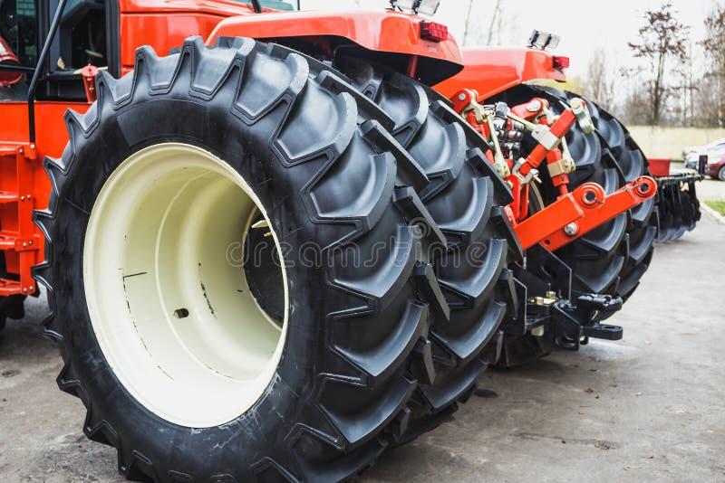 As rodas grandes do trator moderno fecham-se acima, veículo genérico agrícola moderno foto de stock